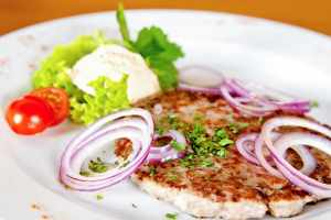 Serbian beef and pork rissole with red onion