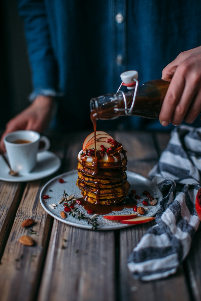 trendy breakfast teil 2 k rbis pancakes mit kaffee karamell sirup foodies magazin aus. Black Bedroom Furniture Sets. Home Design Ideas